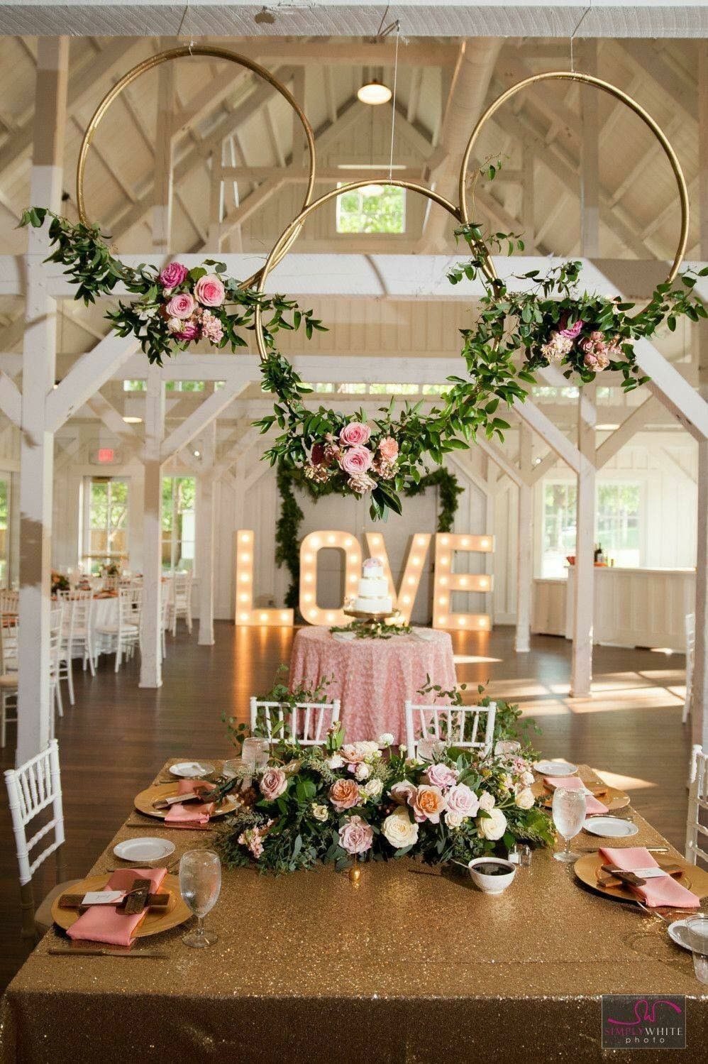 Fotos De Hula Hula Para Fiestas Decorados Ideas Para Decorar Fiestas Con Aros De Hula Hula Idea Gold Wedding Colors Pink And Gold Wedding Wedding Decorations