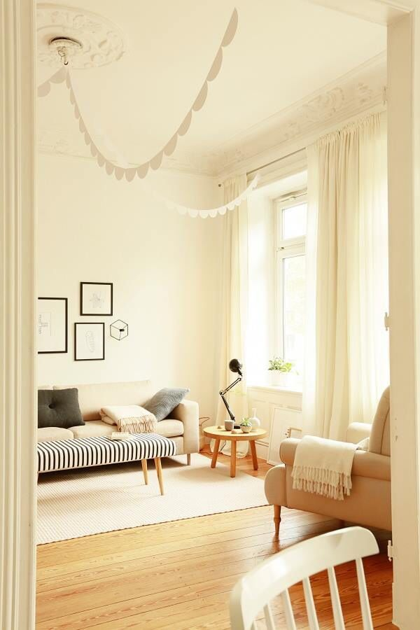 wohnzimmer couch decke streifen lampe leuchte kissen. Black Bedroom Furniture Sets. Home Design Ideas