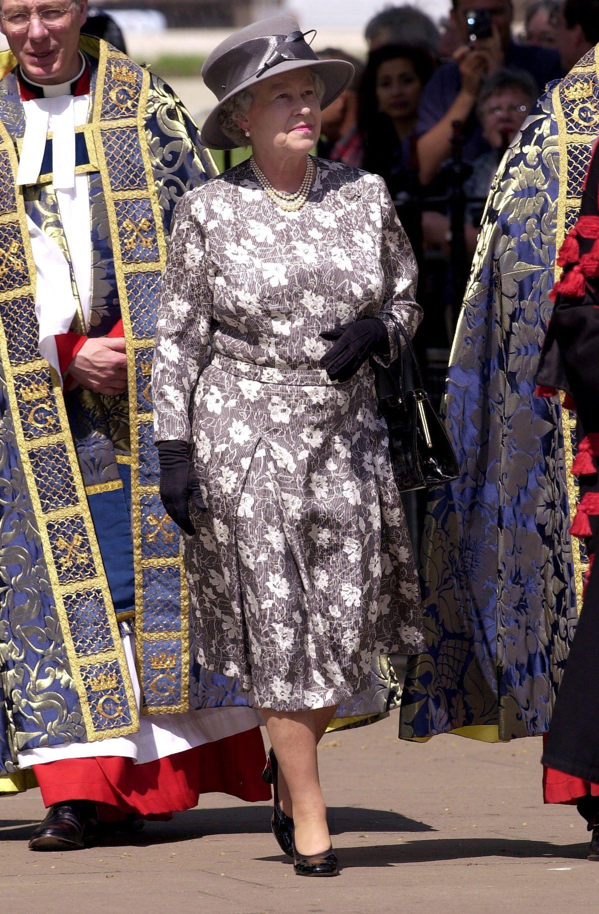 Photos Queen Elizabeth S Fresh Floral Style Over The Years Floral Blue Dress Queen Elizabeth Bold Dresses [ 1830 x 1200 Pixel ]