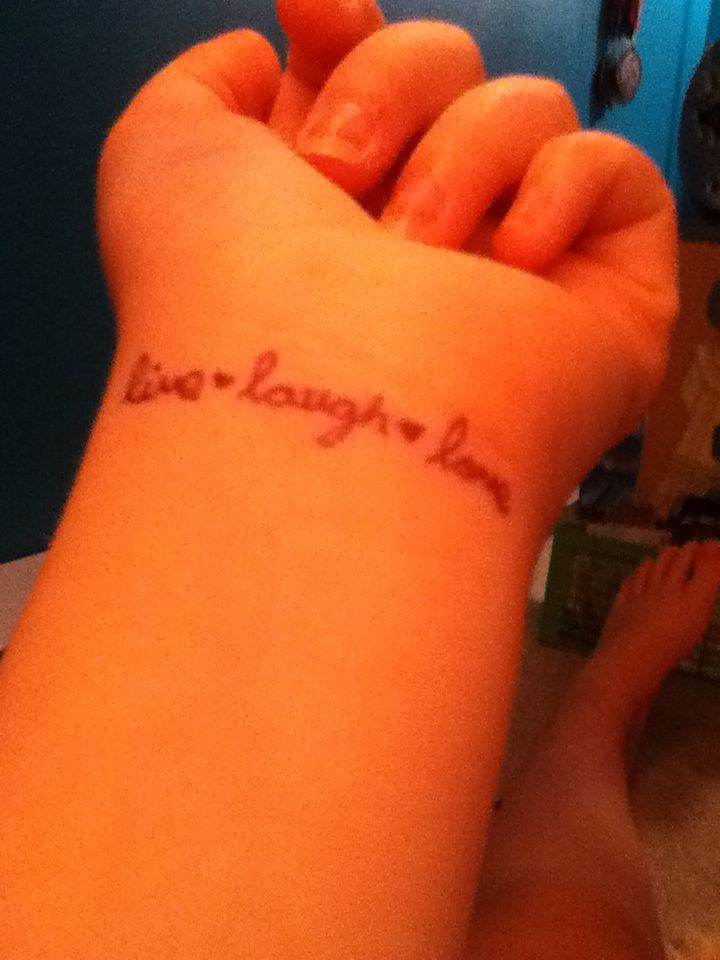 Photo of DIY temporary tattoo: 1.draw with sharpie. 2.rub with enough baby powder to cove…