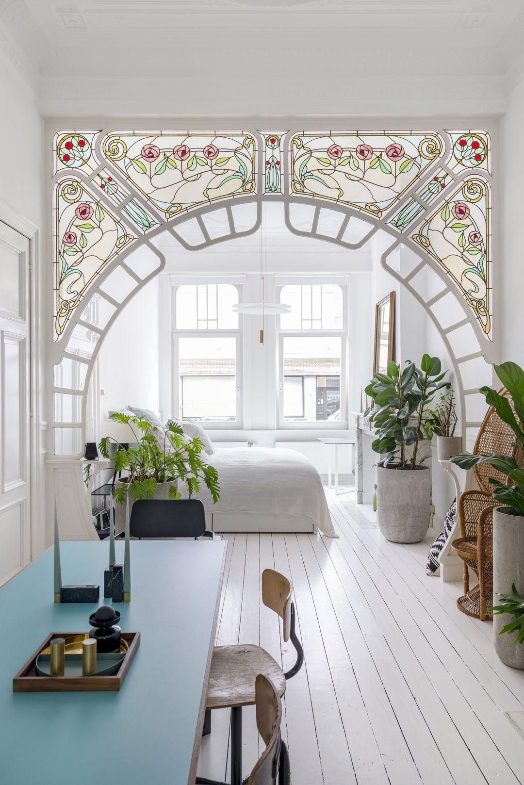 BINNENKIJKEN • in een benedenhuis in een art nouveau pand in Antwerpen. Neem e...