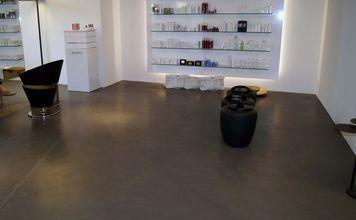 Fugenloser Fußboden fugenloser fußboden in grau modrner verkaufsraum laden büro http