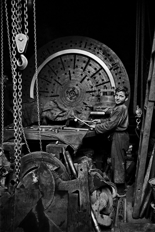 Ara Güler, Arbeitender Junge in der Werft, 1959.