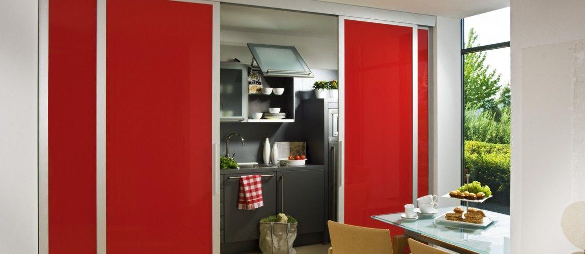 Das inova Schiebetür-System swing in rot mit einem Alu - schiebetür für küche