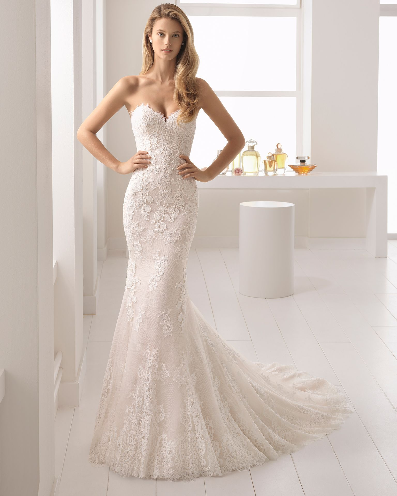 Mermaidstyle lace and guipure lace wedding dress with sweetheart