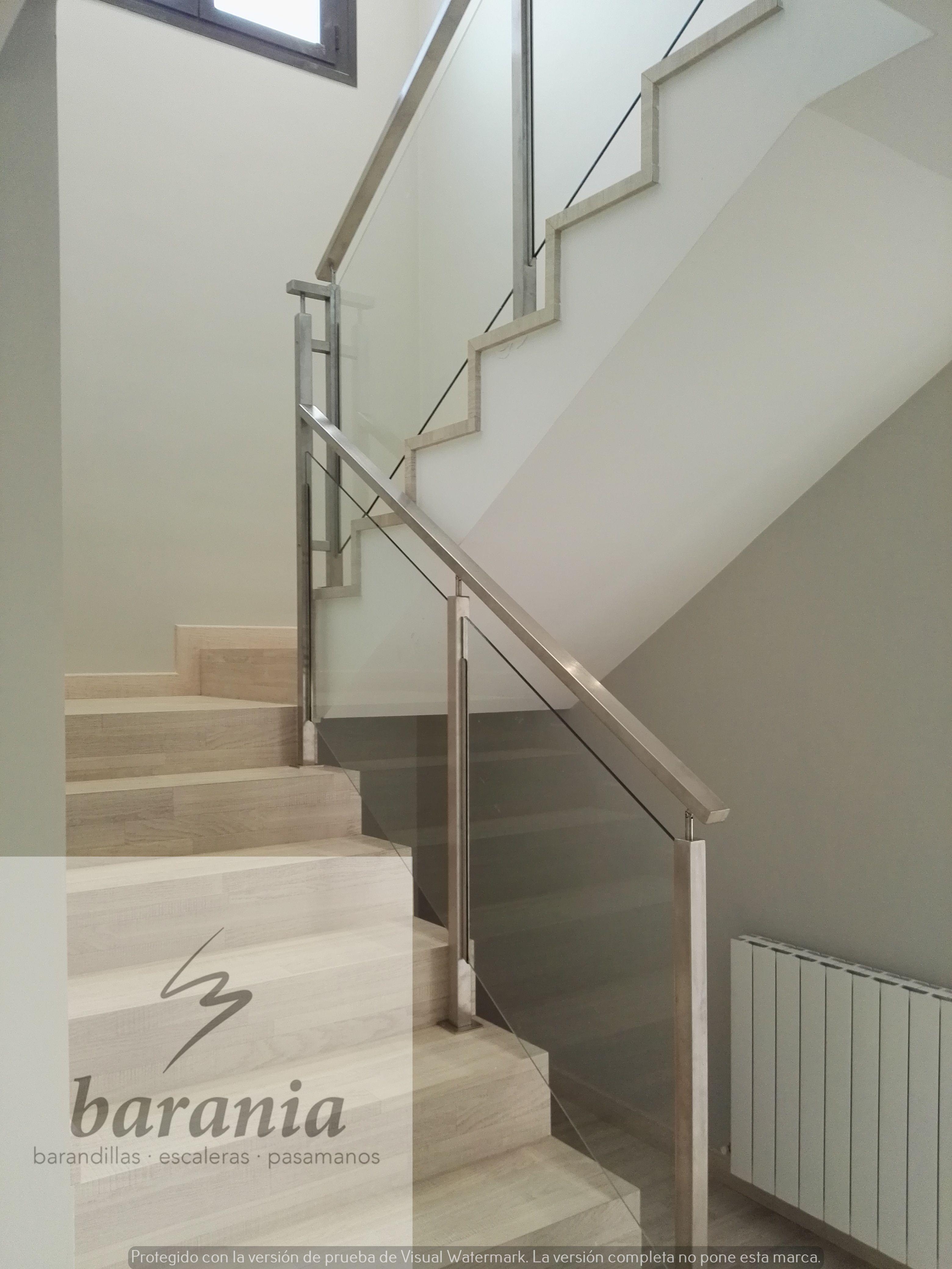 Barandilla de cristal con pilares y pasamanos de acero - Escaleras de cristal y madera ...