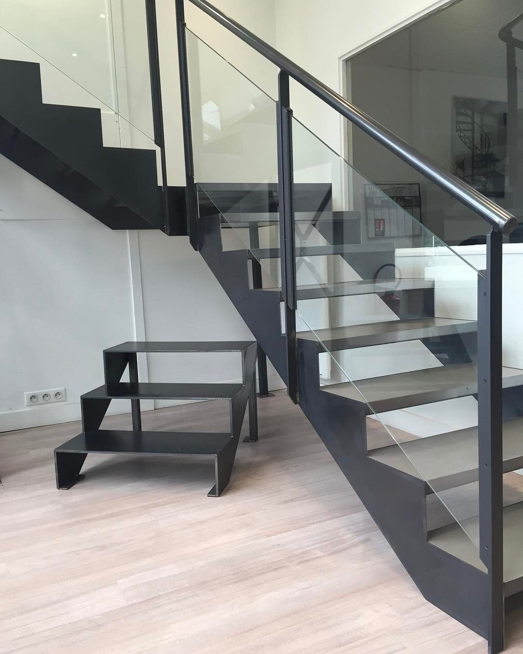 escalier tournant avec palier interm diaire de notre gamme les essentiels esca 39 droit marche. Black Bedroom Furniture Sets. Home Design Ideas