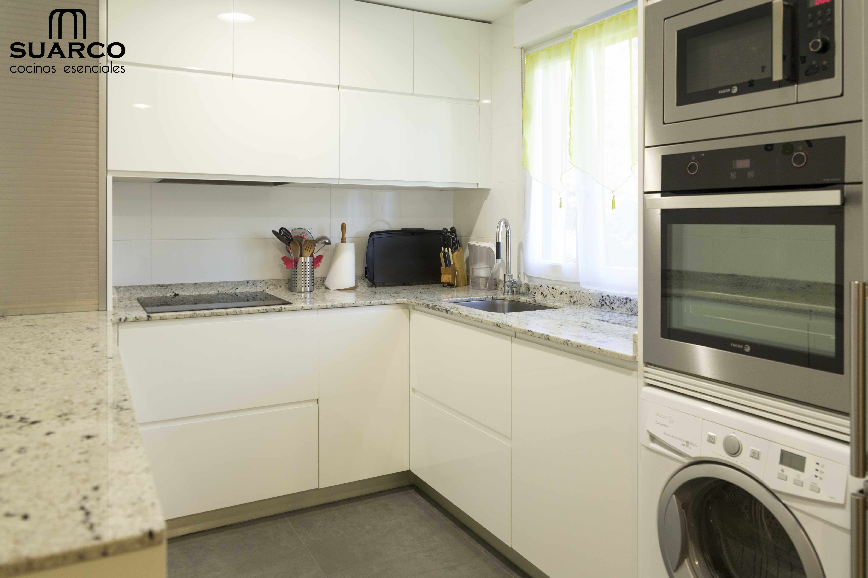 Cocina moderna de 10m2 sin tiradores y encimera de granito - Cocinas suarco ...