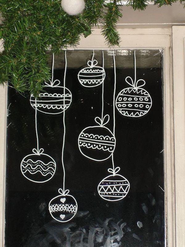 Fensterdekoration im advent immer wieder aktuelle ideen - Weihnachtskugeln fenster ...