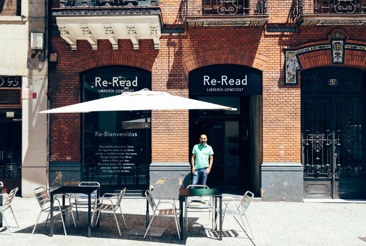 Re Read Abre Sus Segunda Librería En Zaragoza Vista De La Intervención Gráfica En La Entrada De La Librería Calle Zaragoza Disenos De Unas Estudio De Diseño