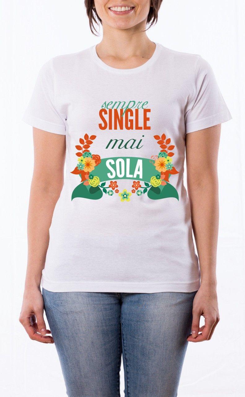 T-Shirt donna illustrazione: Sempre single mai sola. Maglietta bianca con stampa digitale diretta, grafica stampa in quadricromia.