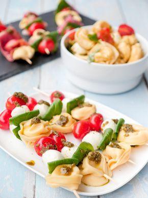 Nudelsalat-Spieße mit Tortellini und Tomaten - ein einfaches Partyrezept #fingerfoodrezepteschnelleinfach