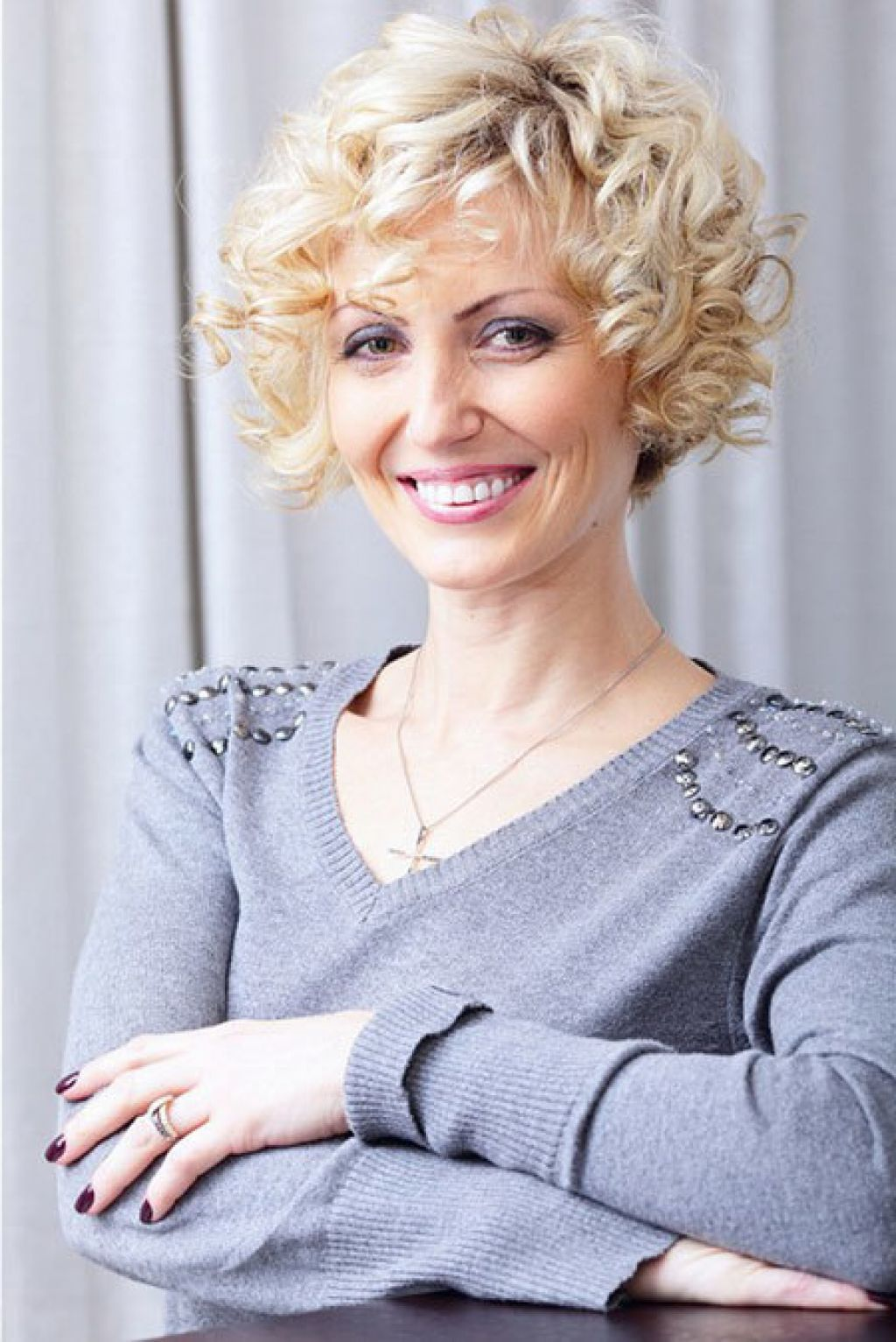 Short curly hairstyles women over coiffures pinterest