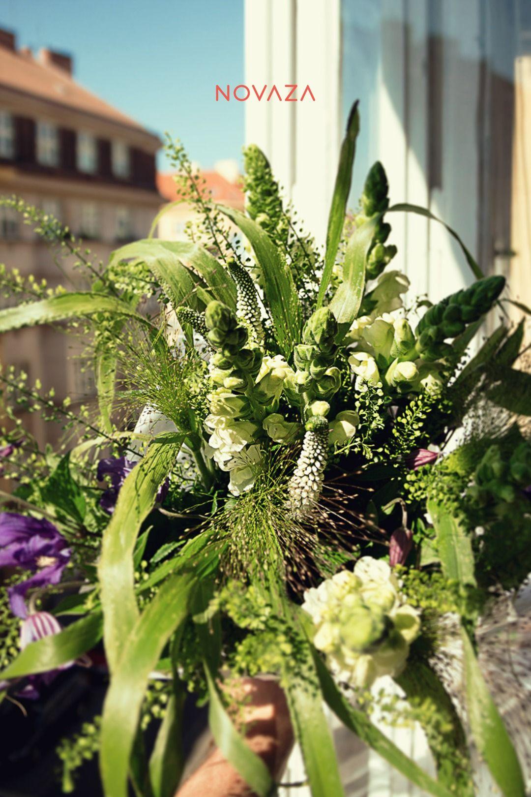 Pusťte si jaro pod roušky. Jak na to? Váza #Novaza🏺 s čerstvou květinou od Papavera - květinářství rozzáří a provoní váš interiér. První květinu💐 máte od nás zdarma! #novaza #home_accessories #home_accents #room_decor #home_floral_arrangements #gift_for_women #best_birthday_present #vase_with_flower_subscription #flower_delivery_as_gift #bezkvetinjisrdcenetluce #kvetinovepredplatne #vaza #homedecor #kvetiny #darekprozenu #tipnadarek #ceskydesign