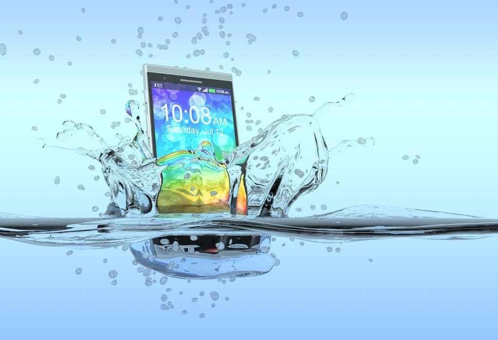 Come salvare un cellulare inzuppato Il vostro Smartphone e` caduto in acqua? Ci avete versato una bottiglia d'acqua sopra? Prima di farvi prendere dal panico, consultate questa guida su come potete salvare il vostro compagno elettronic #smartphone