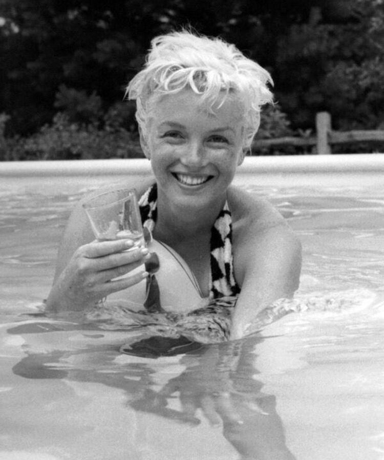 Marilyn Monroe drinking in a swimming pool. | Historical ...