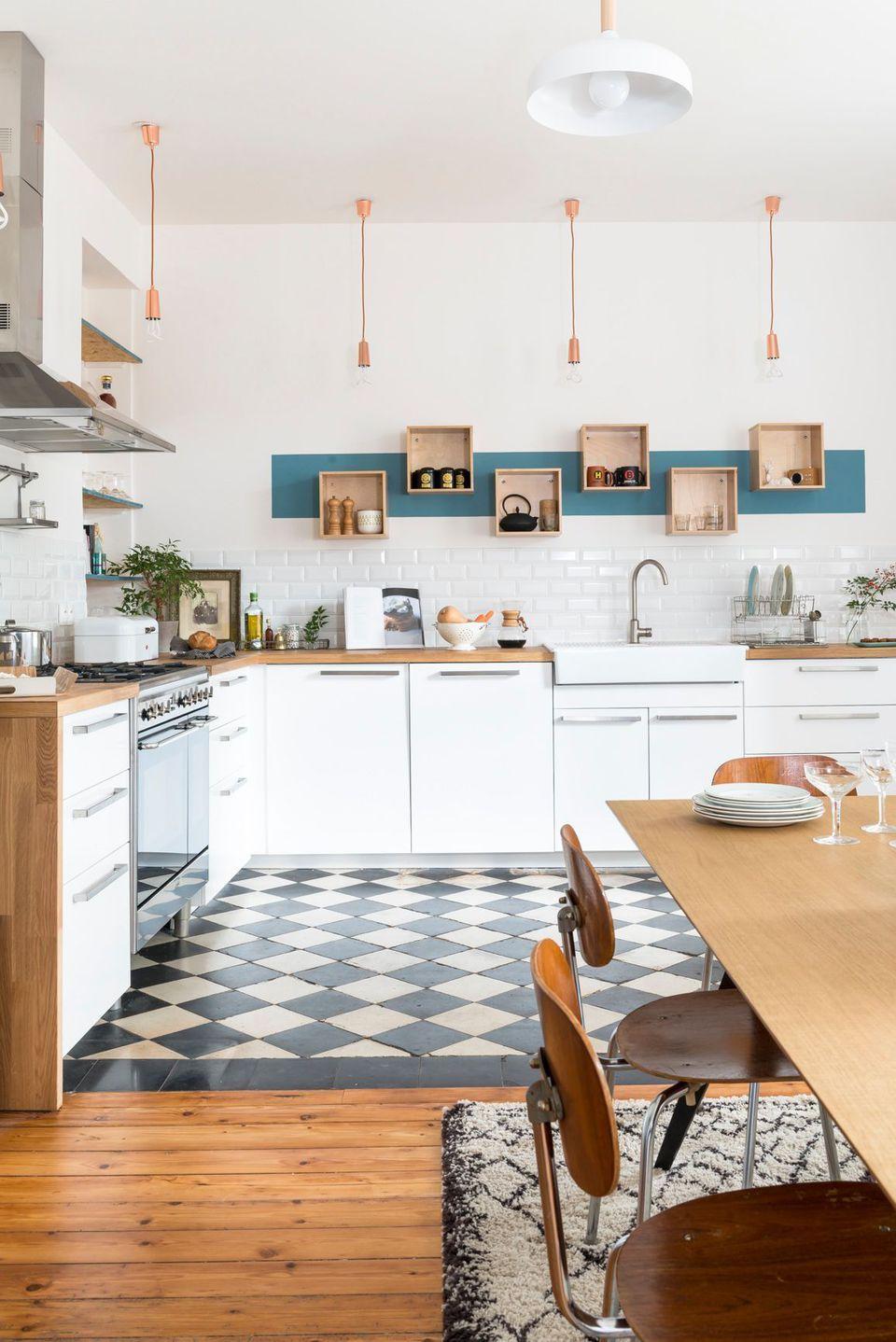 meubles blancs plan de travail en bois clair carrelage. Black Bedroom Furniture Sets. Home Design Ideas