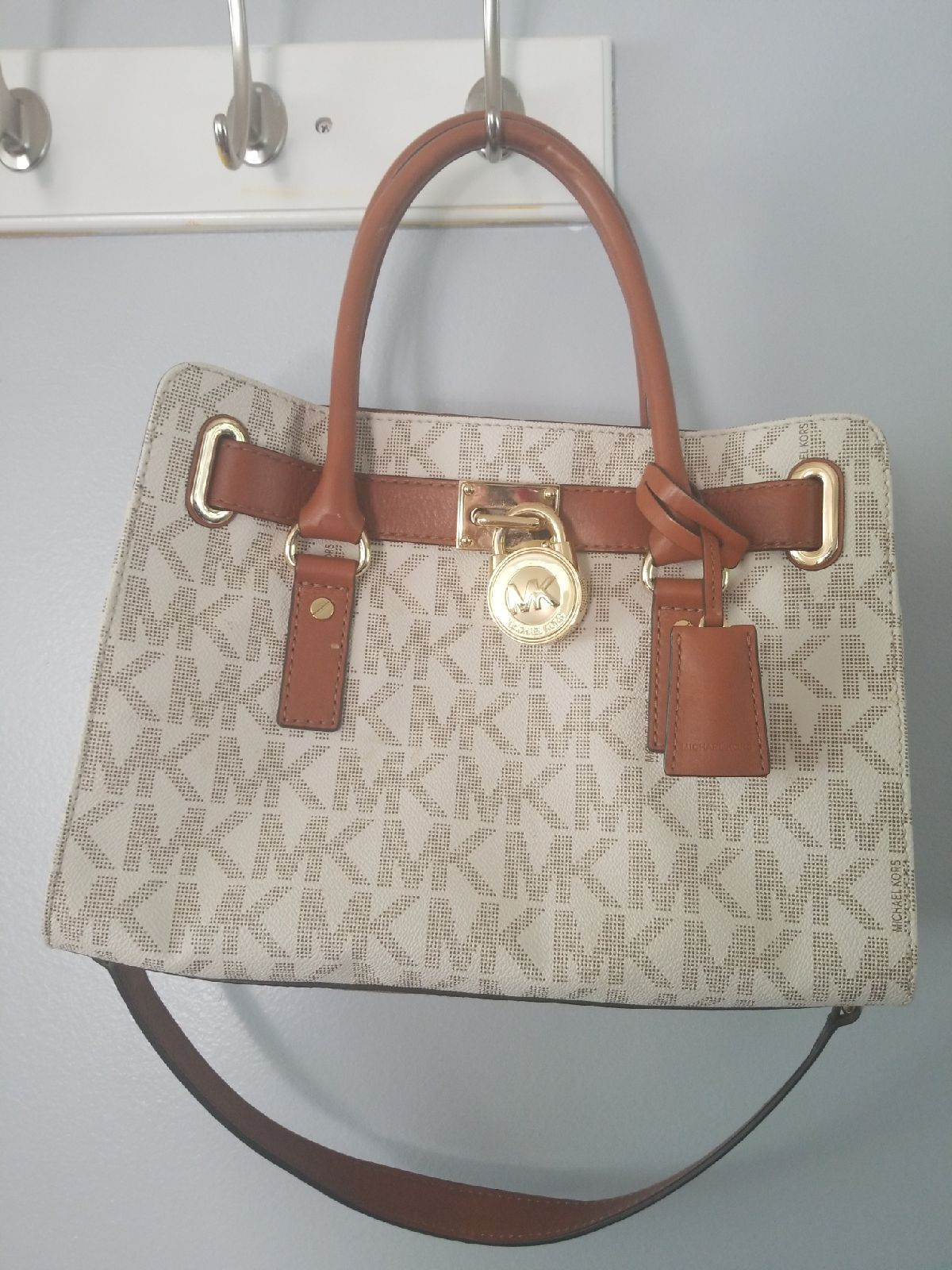 Georgeous Mk Purse White Only Used Couple Times Like New Conditions Michael Kors Handbags Michael Kors Michael Kors Hamilton