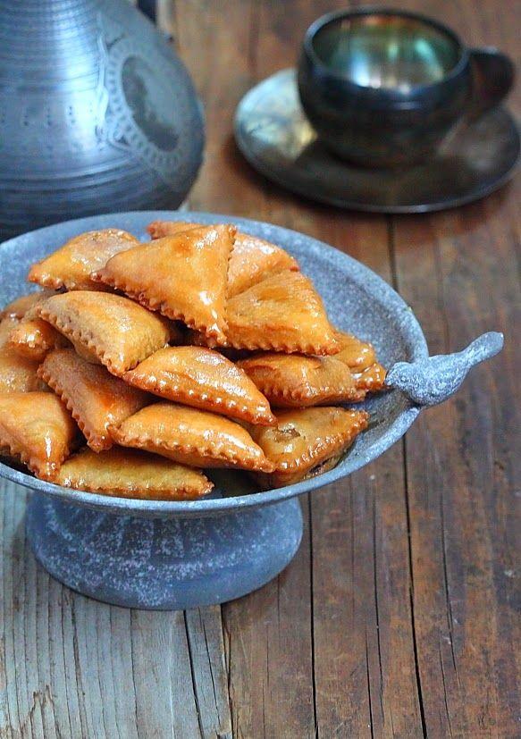 Une douceur typiquement Algérienne, ses sam sas sont fourrées d'un mélange d'amande, de noix et noisette le tous parfumé à l'eau de fleur...