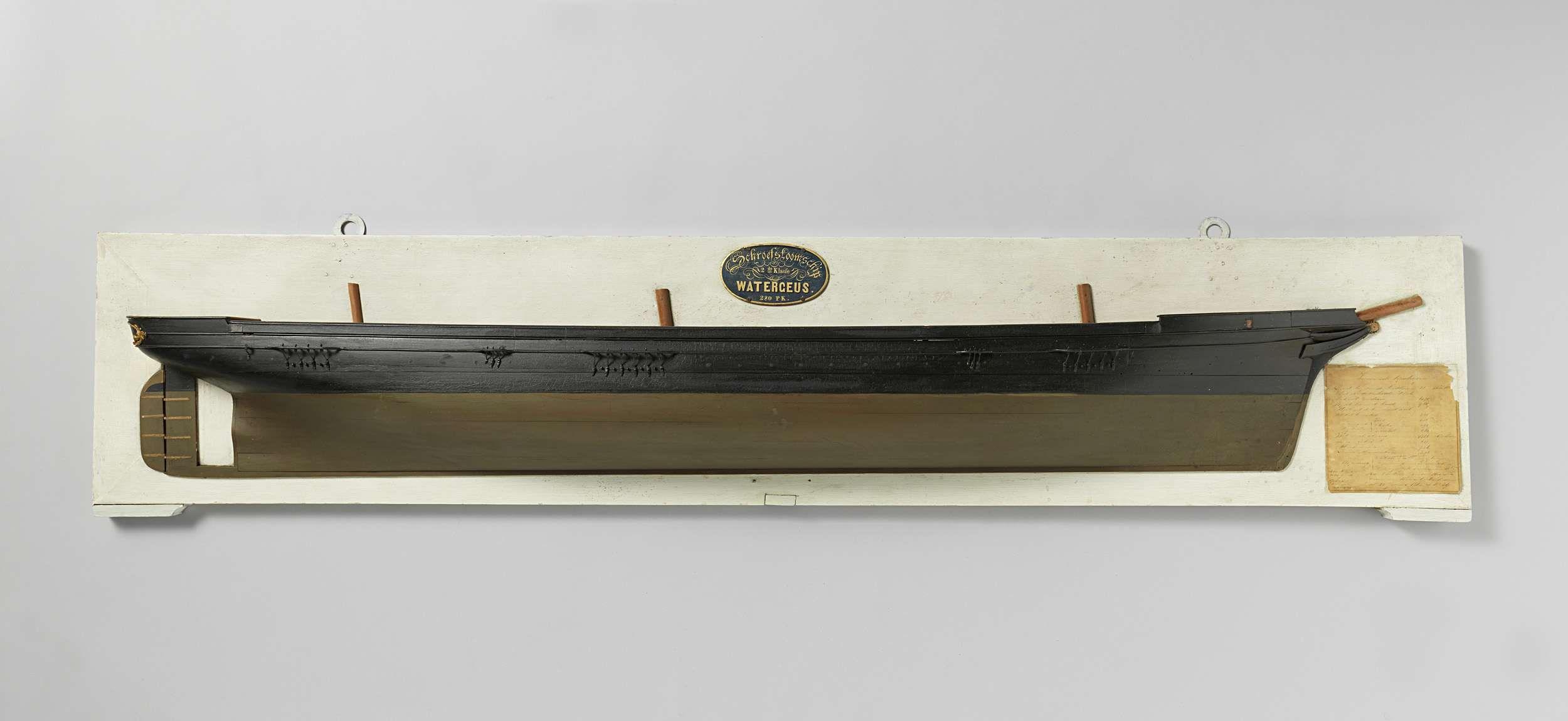 Bruno Johannes Tideman | Halfmodel van het schroefstoomschip Watergeus, Bruno Johannes Tideman, Rijkswerf Amsterdam, 1865 | Gepolychromeerd stapelmodel (stuurboord) van een driemast schroefstoomschip. Het model heeft een dek en een klein campanjedek boven de schroefkoker. Scherpe voorsteven met krul op de scheg. Elliptisch hek met verguld Rijkswapen, schroefraam, roer met afgerond roerblad waarop roermuts en roerijzers geschilderd. Bijna vlakke zeeg, een reehout. Het onderwaterschip is een…