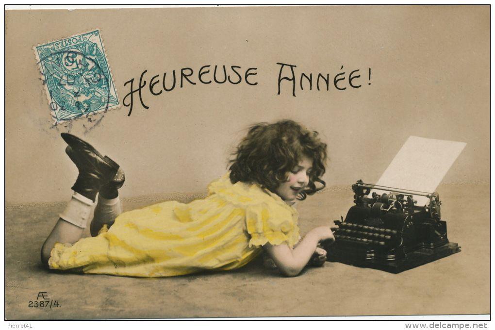 ENFANTS - LITTLE GIRL - MAEDCHEN - Jolie carte fantaisie portrait fillette allongée avec machine à écrire