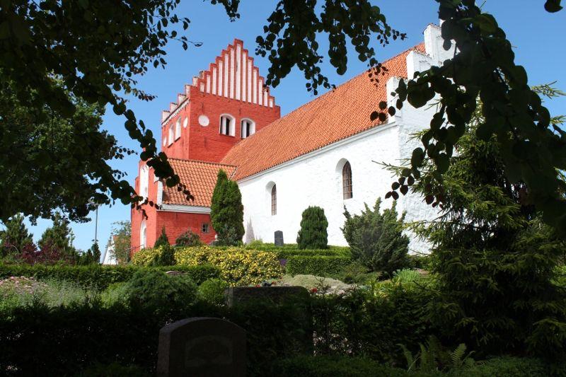Billede fra http://hjemogfamilie.dk/wp-content/uploads/2012/07/udby-kirke-001-foto-rolf-larsen.jpg.