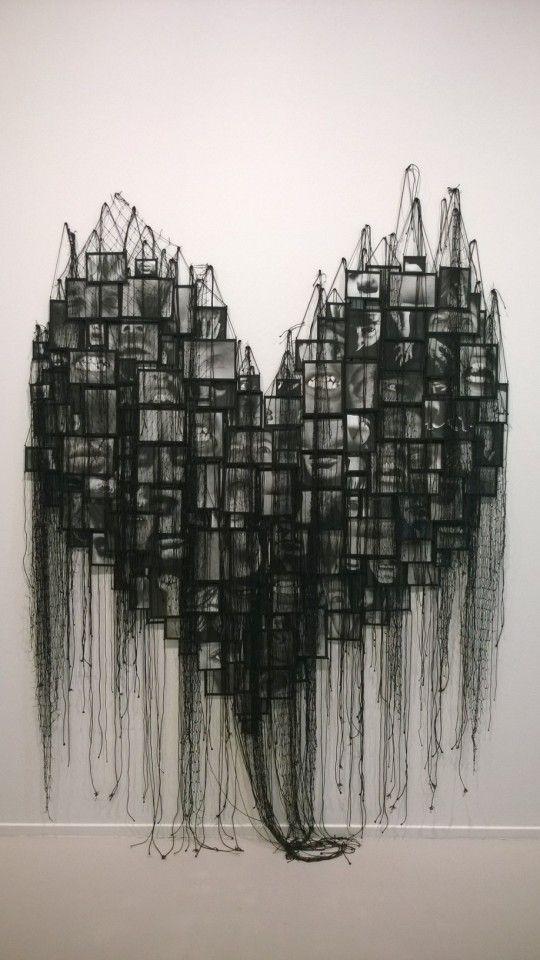 Annette Messager, Mes vœux sous filet – le coeur, 1997-1999, 135 photographies noir et blanc, ficelles,