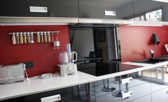 cuisine-stratifie-noire-plan-de-travail-blanc-credence-rougejpg - plan de travail cuisine rouge