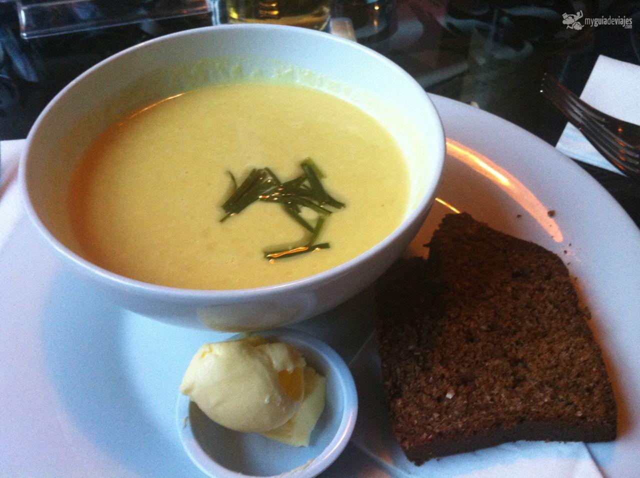 Sopa De Patata Con Pan Casero Y Mantequilla Ely Gastrobar Dublín Restaurantes Para Comer Comer Bien Sopa De Patata