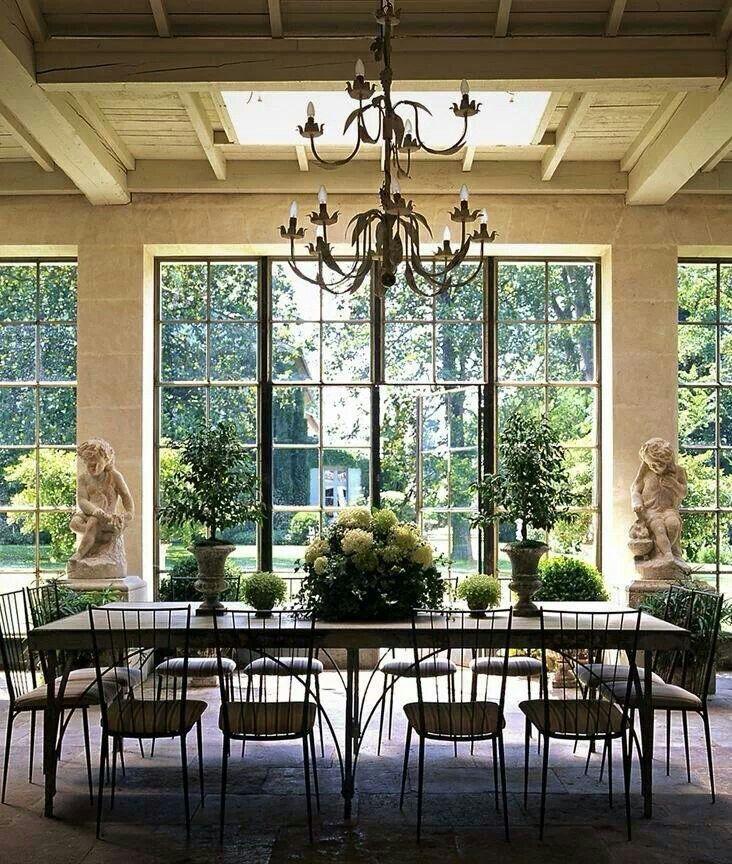 Beautiful garden view dining room those windows via for Comedores y antecomedores