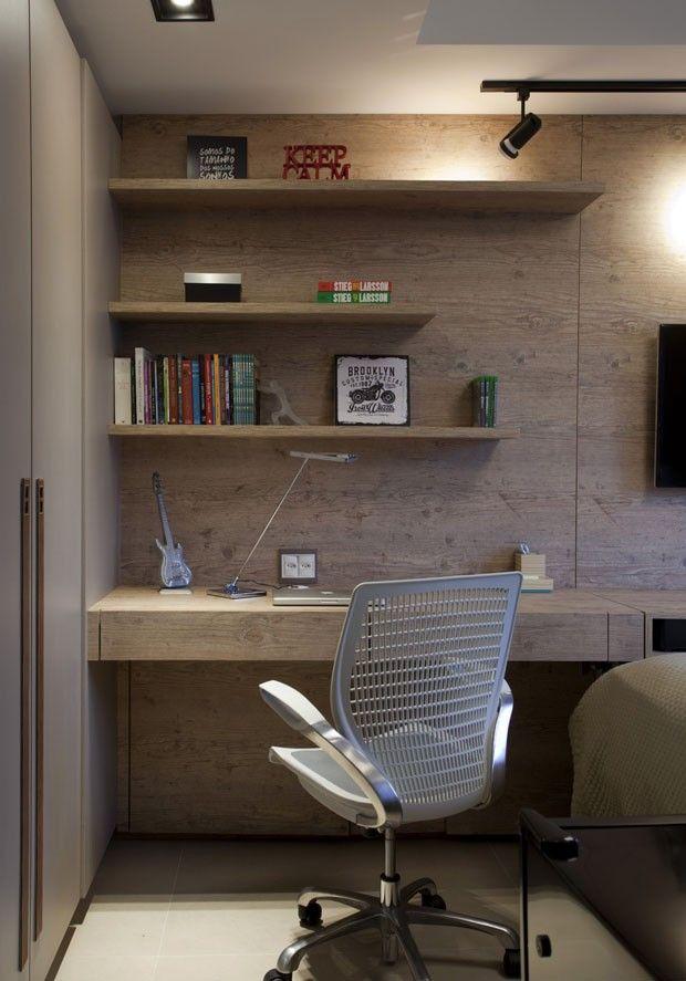 Revestimentos amadeirados trazem aconchego ao apartamento Home - Escritorios Modernos