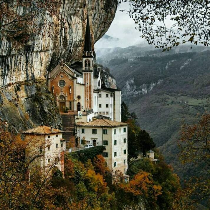 Santuario madonna della corona italy beautiful places for Santuario madonna della corona