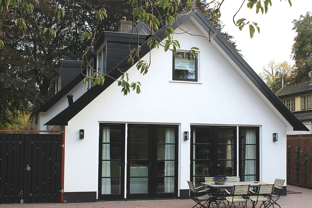 Boks architectuur achtergevel wit gestuct zwarte kozijnen verbouwen renoveren pinterest - Meer mooie houten huizen ...