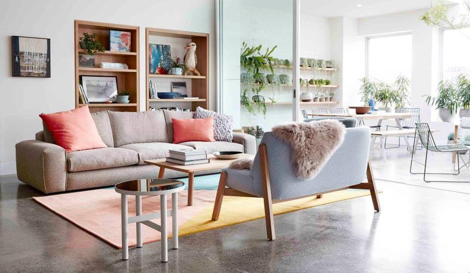 Wohnzimmer couch sessel fell teppich retro regal pflanzen bücher