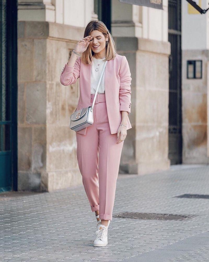 Trajes color pastel inspiración office para mujeres con