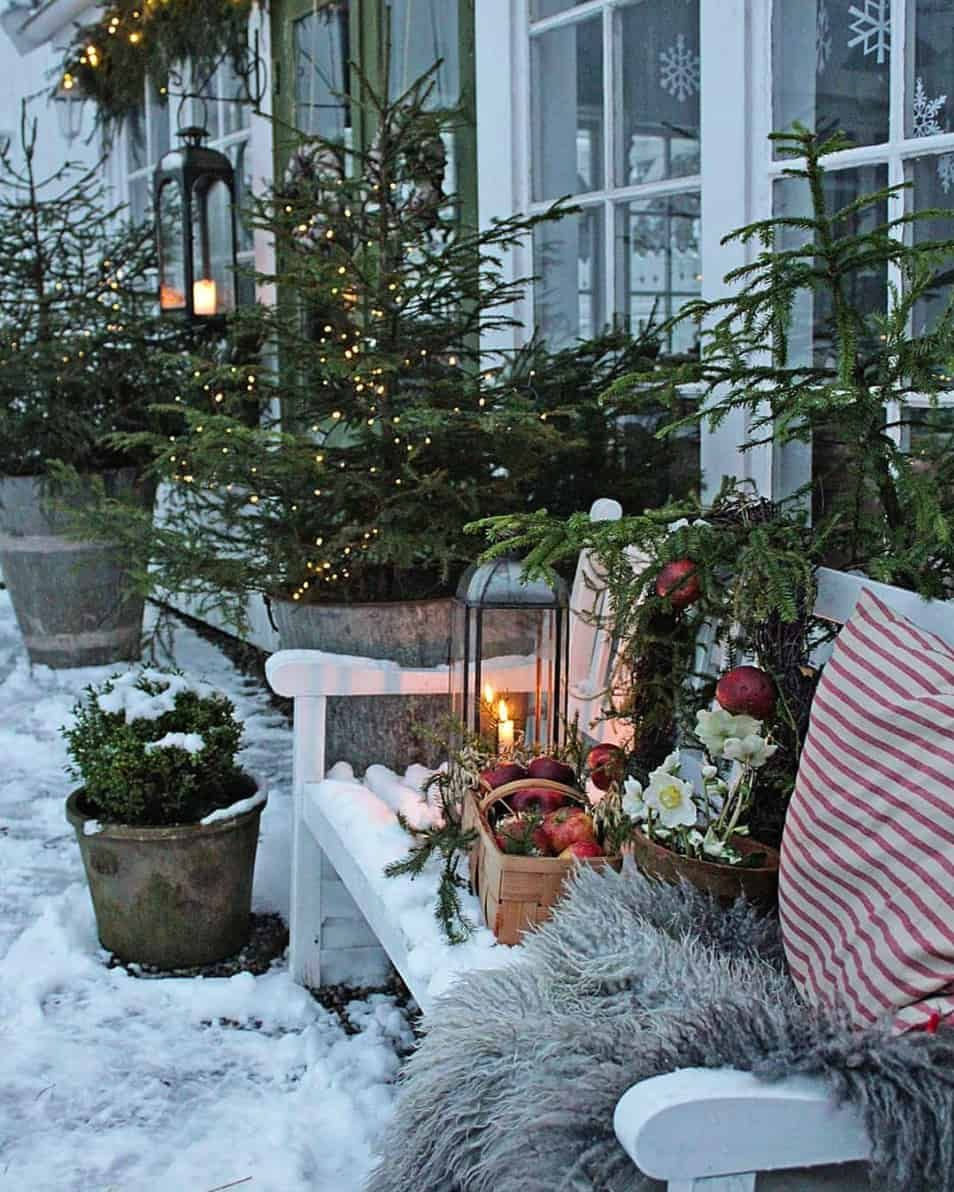 30 Stunning Outdoor Christmas Decorations To Make The Season Bright Christmas Decorations Rustic Christmas Garden Decorations Christmas Garden