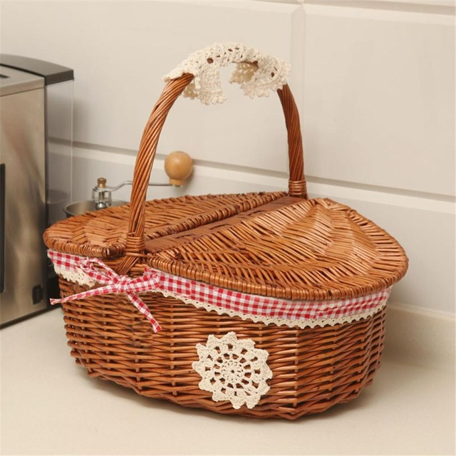 This Traditional Handmade Wicker Picnic Basket Is Great For Carrying Food And Drink To The Local Park Cestas De Vime Vime Cestas