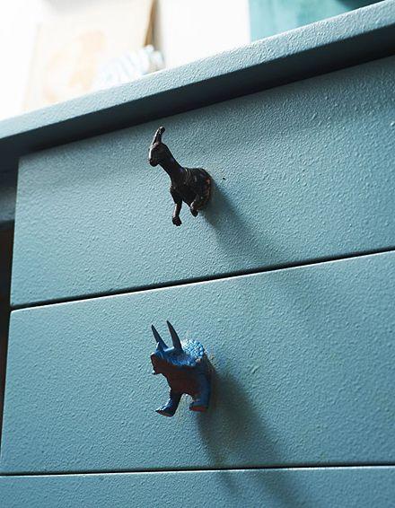 Recepção com brinquedos infantis de dinossauros como botões, via Design * Sponge