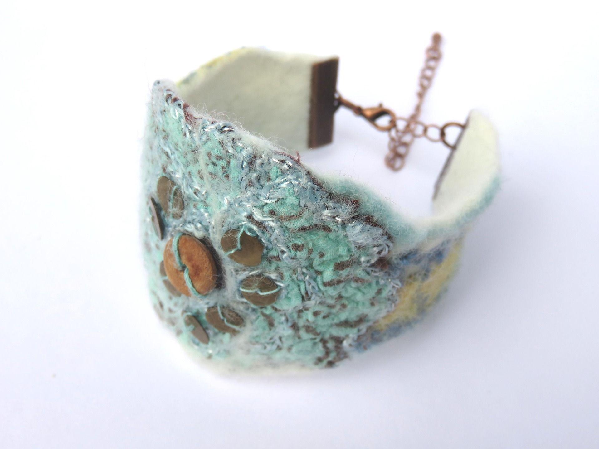 faire un bracelet en laine feutree bijoux chic. Black Bedroom Furniture Sets. Home Design Ideas
