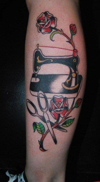 Tatuaje de una máquina de coser y una rosa