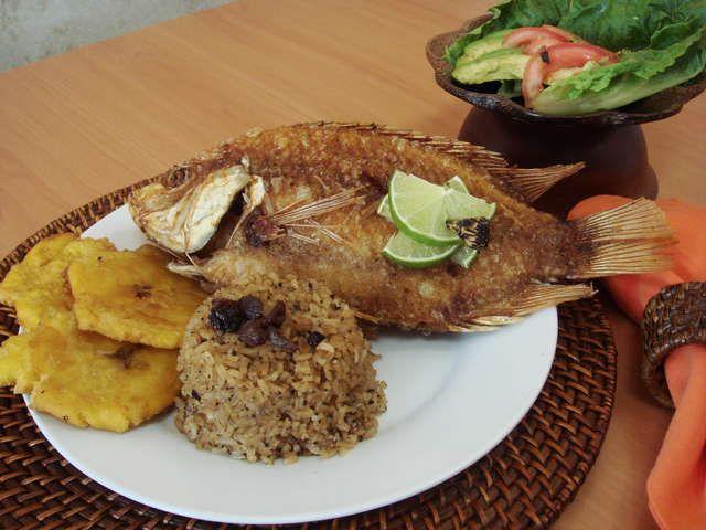 Mojarra frita// arroz con coco y patacones......deliciosa ...