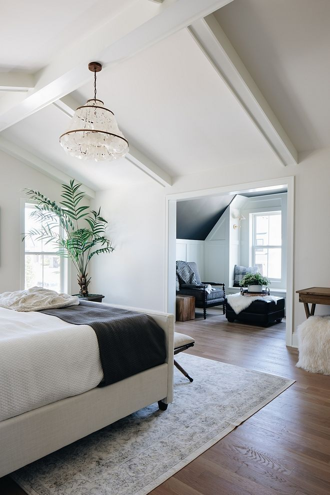 Benjamin Moore The walls in the sitting room are BM Simply White and ceiling is Wrought Iron by Benjamin Moore #BenjaminMoore
