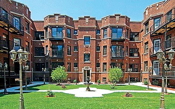 Chicago U Courtyard Wide Chicago Apartment Chicago Neighborhoods Courtyard Apartments