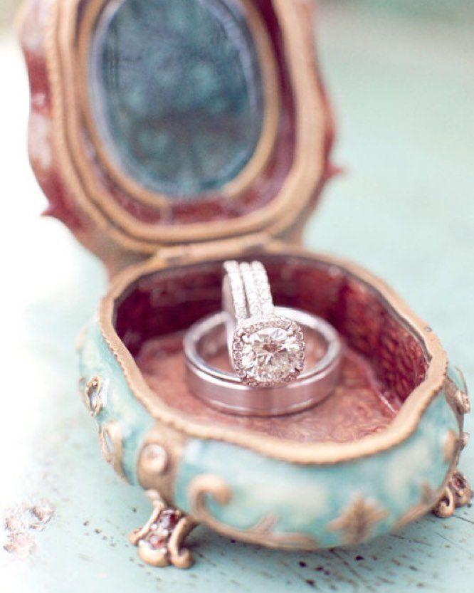 Gah look at this vintage ring box!!?! It doesn't get much prettier!  @aarondelesie