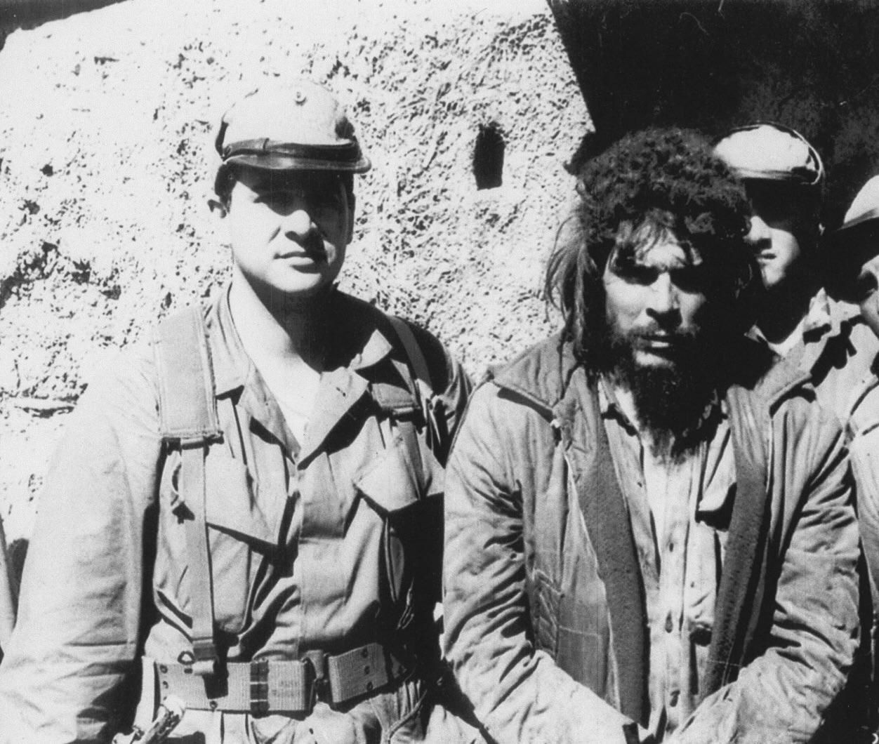 Félix Rodríguez, a Cuban exile turned CIA operative next to a Captured Che Guevara moments Before His Execution in Bolivia. 1967