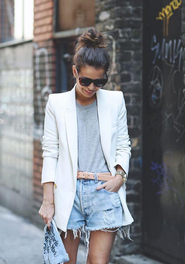 street style look blazer branco, tshirt cinza, e shorts jeans.