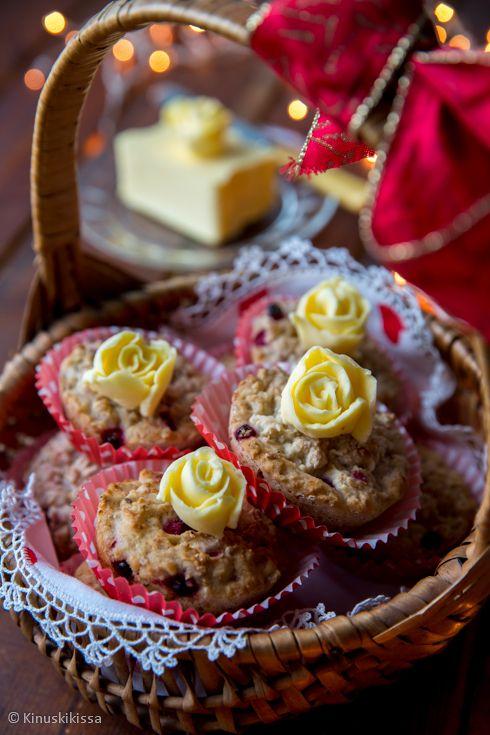 G pikkujoulusämpylät  - Leivoin omenan, puolukan ja hunajan maut sämpylöiksi. Käytin gluteenitonta jauhoseosta, mitä ei olisi lopputuloksesta arvannut. Vain pinta jäi hieman kuivan näköiseksi - ehkä siihen olisi voinut sivellä hieman vettä ennen paistoa. Taikinan sisältämät kaurahiutaleet ja hyvä jauhoseos auttoivat onnistuneen rakenteen kanssa ja omena toi mehevyyttä.