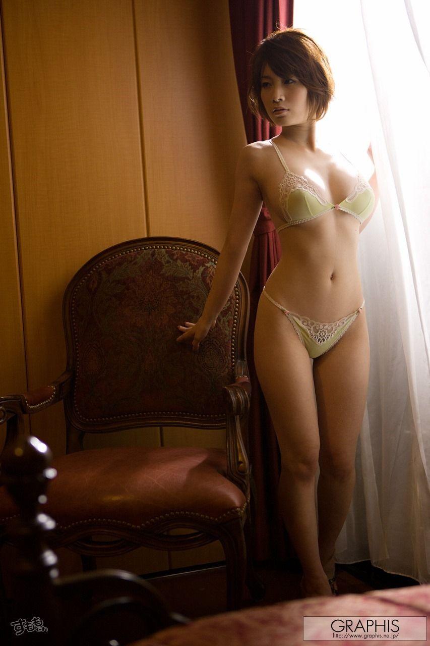 GRAPHIS下着姿 透け乳エロ画像】シースルーの純白ランジェリーで乳輪と乳首が ...