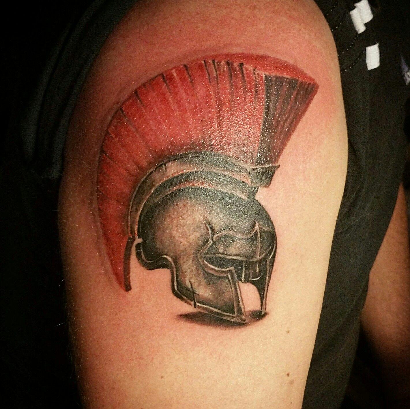 Татуировка на плече - шлем гладиатора. Тату сделана одним ...