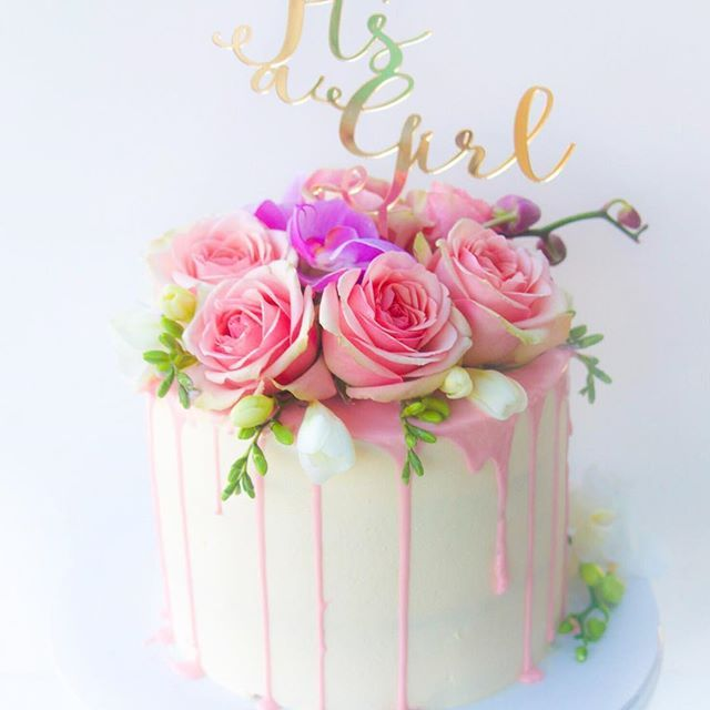 Its a girl🌸🌸 cute topper by @lettersbyloulou 💖💖 #pink #softpink #ivory #cakeboss #flowers #freshblooms #pretty #girl #engagement #cake…